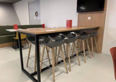 Espace restaurant : Table haute et tabourets confortables