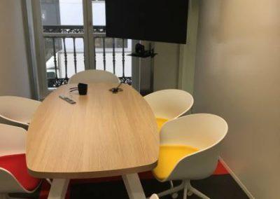 Salle de réunion : une des salles de réunion aux couleurs dynamiques