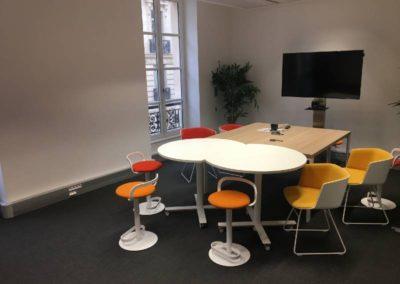 Salle de réunion : du mobilier moderne et coloré avec des teintes bois
