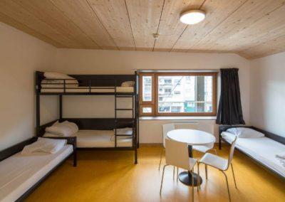 Aménagement chambre : une chambre épurée au mobilier confortable