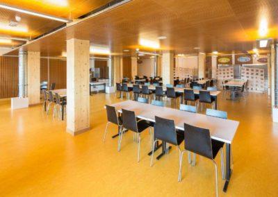 Espace restaurant Halle Pajol : des teintes claires et foncées pour un espace chaleureux