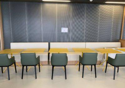 Espace cafétéria : Mélange de style avec des assises élégantes mêlées à des tables colorées